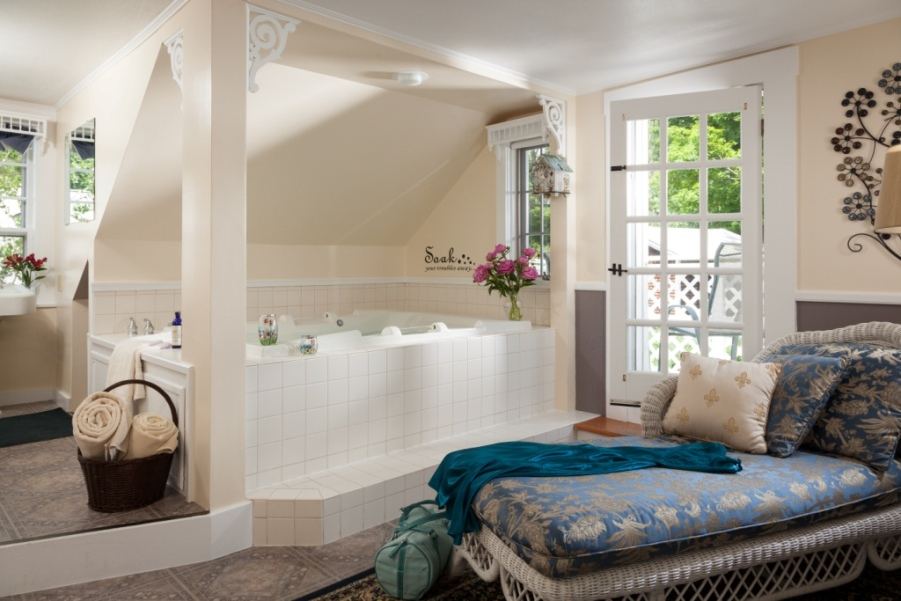 luxury whirlpool bath at Rabbit Hill Inn